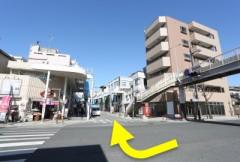 1.提携駐車場の交差点から、横断歩道か陸橋を使い、京急久里浜駅に向かって、はろーど通りの中を進みます。