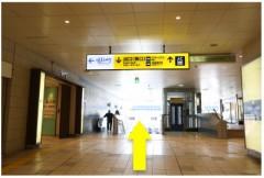 2.左に行くとエレベーターがあるので横の階段を下ります。エレベーターもご利用ください。